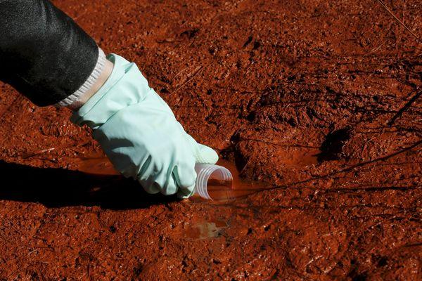 La société Altéo va devoir analyser la composition de l'eau d'une résurgence de son centre de stockage de boues rouges sur le plateau de Mange Garri, à Bouc Bel Air. Ici, prélèvement d'eau dans un puits par une journaliste indépendante