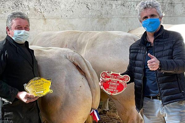 Les sourires se devinent derrière les masques. A droite sur la photo, le maire (LR) de Feurs Jean-Pierre Taite a décidé d'offrir une vache charolaise à Grégory Doucet, le maire (EELV) de Lyon, pour s'opposer à la décision municipale de ne proposer que des menus sans viande dans les cantines des écoles, le temps de l'épidémie de coronavirus.
