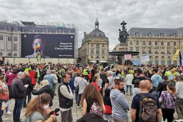 Plus de 300 personnes ont manifesté place de la Bourse contre le pass sanitaire élargi ce 14 juillet 2021.