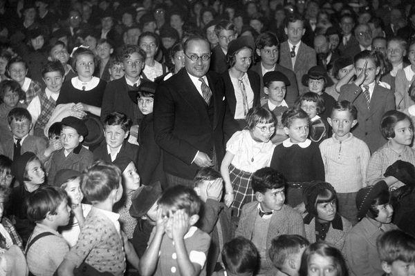 Jean Zay fut nommé ministre de l'Education Nationale et des Beaux arts. Il s'opposa au gouvernement de Vichy et fut assassiné en 1944.