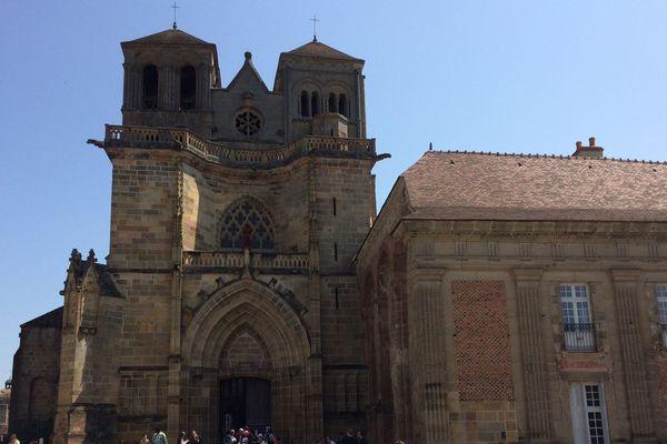 Lieu de pèlerinage important au Moyen-Age, la prieurale de Souvigny, dans l'Allier, a été érigée en Sanctuaire de la Paix en 2017. Dimanche 6 mai, près d'un millier de personnes s'y sont retrouvées pour un pèlerinage en mémoire à Saint-Mayeul et Saint-Odilon, enterrés dans cette ancienne nécropole des Ducs de Bourbon. Aujourd'hui, le diocèse de Moulins veut redonner de la notoriété à ce site.