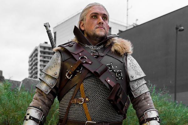 Owak (Fred) porte le costume du personnage de Geralt tiré du jeu vidéo The Witcher 3. Gagnant de la sélection 2017 à Anim'Est.