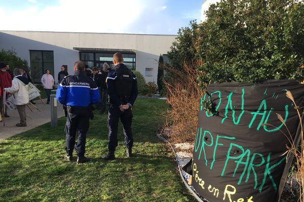Un cinquantaine de militants ont cherché à s'opposer au vote des élus du Pays de Retz. Peine perdue.