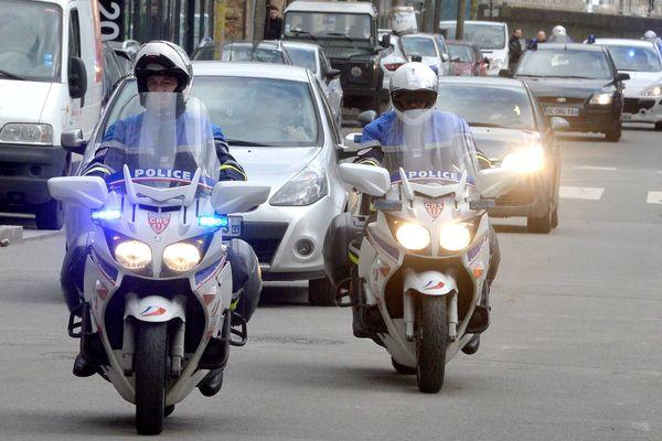 Les deux suspects dans l'affaire Troadec, à leur arrivée au palais de justice de Nantes le 6 mars 2017