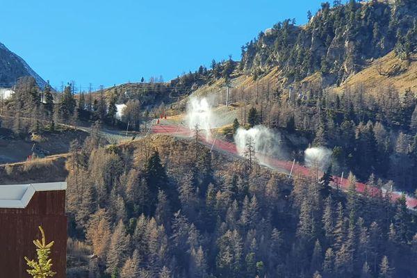 La neige de culture et les pistes de ski en préparation ce 23 novembre à Isola 2000.