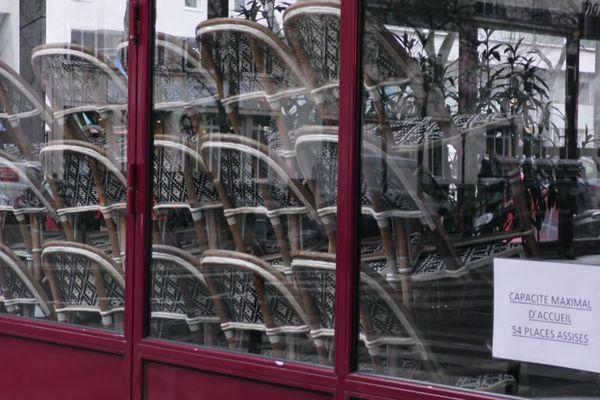 Le mobilier des cafés et restaurants demeure pour l'instant empilé dans les établissements fermés, mais la reprise mi-mai pourrait changer la donne (archives)