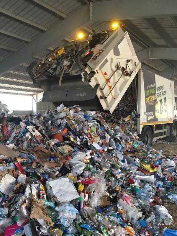 Lansargues - les emballages issus des poubelles jaunes sont stockés provisoirement dans un hangar agricole - 28 août 2019