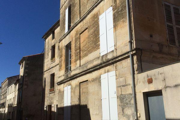 Le suspect pourrait être l'auteur des coups de couteau qui coûtèrent la vie à un Niortais, dont le corps a été retrouvé dans un appartement du premier étage d'un immeuble situé rue Mellaise.