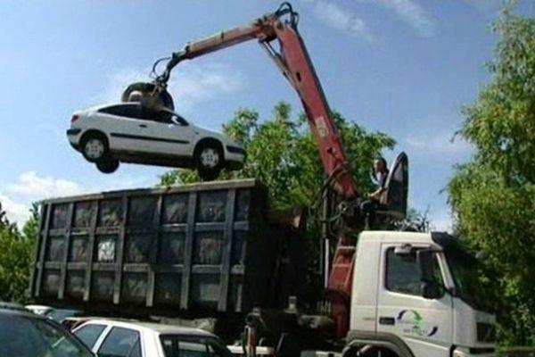 Destruction de véhicules ayant servi à des rodéos - Orléans  30 juin 2014