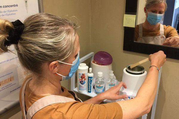 Masque, spatule à cire jetable, désinfection intégrale des cabines après chaque cliente, les esthéticiennes doivent respecter un protocole sanitaire très précis.•© Yoann Rodier