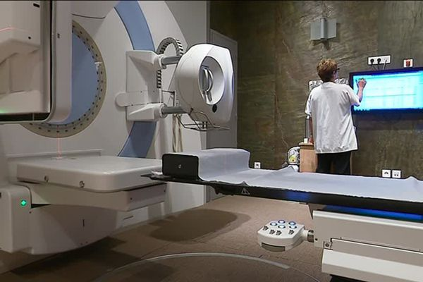 La nouvelle machine de radiothérapie comprend un système de scanner et de radio.