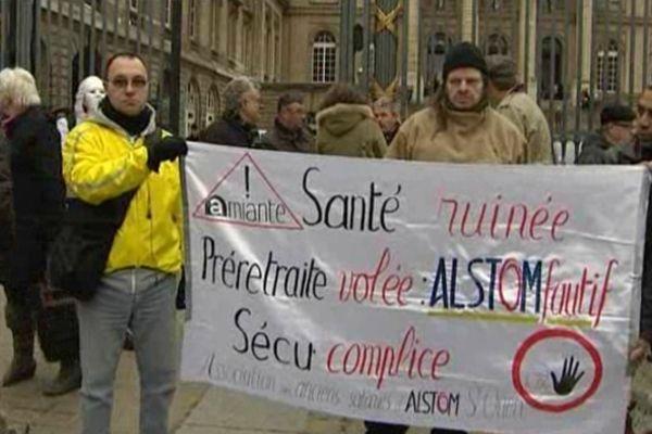 Plusieurs centaines de personnes sont venues manifester en février dernier à Paris pour réclamer un procès de l'amiante