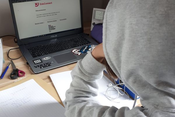 Depuis ce mardi 6 avril au matin, les premières heures de cours à distance sont perturbées par des bugs informatiques qui laissent perplexes les élèves, les parents et les enseignants.