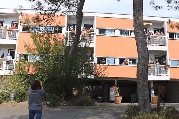 """C'est une jeune aide-soignante, Héloise Tisseron, qui a monté le clip """"confinés"""" de la MRP de Montpellier."""