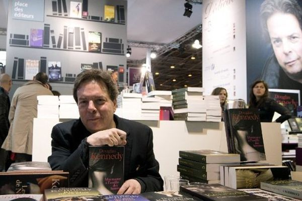 L'écrivain américain, Douglas Kennedy lors du 34ème Salon du Livre de Paris, le 22 mars 2014
