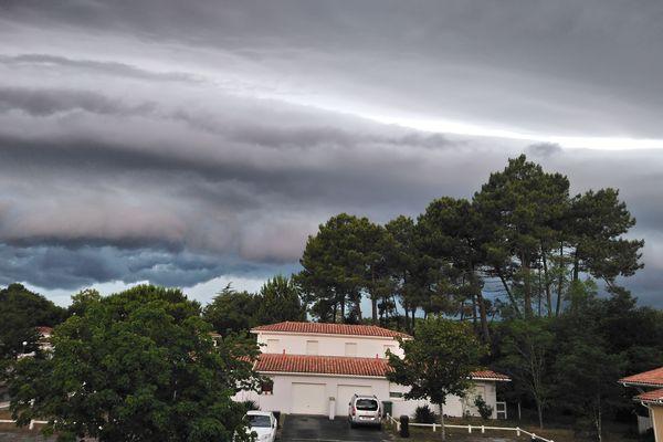 Voici une photo prise depuis notre maison à St Medard en Jalles, vers 15h30, juste avant le passage orageux. / Céline Massini
