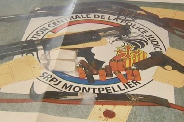 Quelques armes sous scellés, présentées par le parquet de Montpellier: la plus grande part des objets volés a été revendue. 16-12-2013.