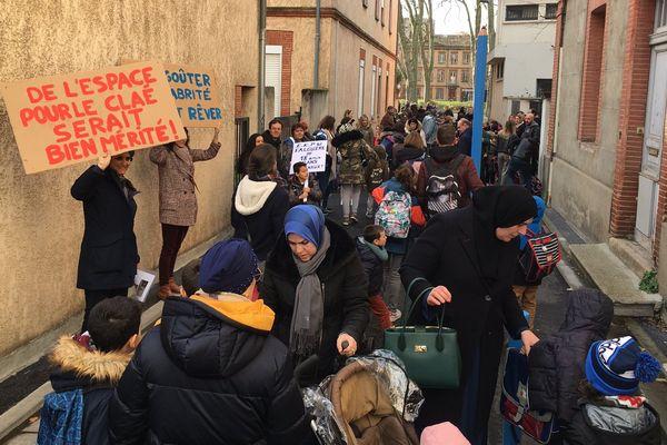 Une cinquantaine de parents d'élèves se sont rassemblés pour protester contre la vétusté et le manque de sécurité de l'école Falguière à Toulouse.