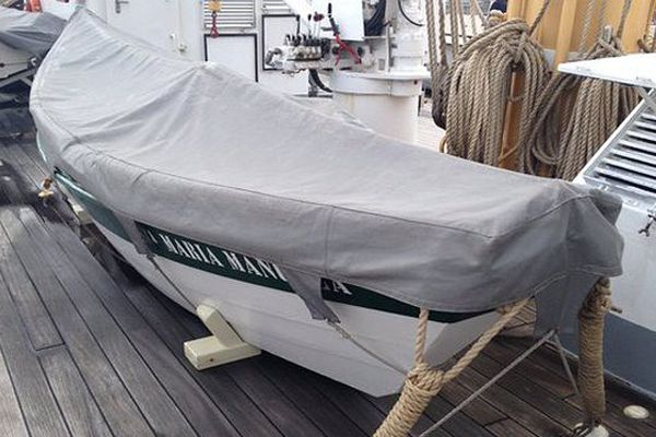 Les petites embarcations qui servaient à ramener les paniers chargés de morue à bord de la goélette  Santa Maria Manuela.
