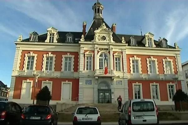 """La mairie de Montceau-les-Mines, sans sa banderole """"Je suis Charlie"""""""