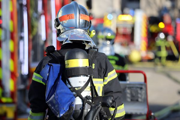 De nombreux pompiers ont été appelés sur place afin de maîtriser l'incendie.