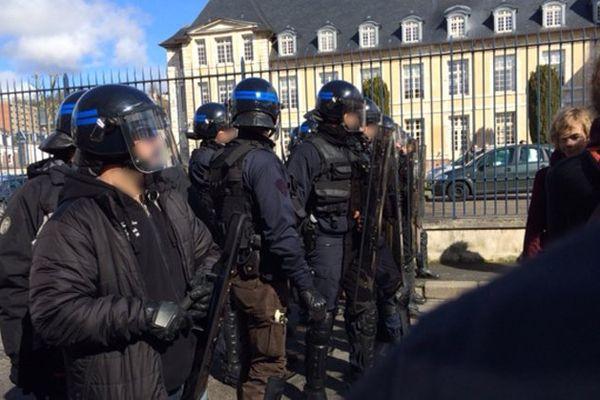 Cordon de sécurité de la police devant l'entrée de la préfecture de Rouen