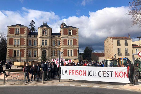 Une centaine de manifestant du monde viticole s'opposent au projet du futur centre pénitentiaire devant la mairie de Rivesaltes mercrdi 27 janvier 2020 en début d'après-midi