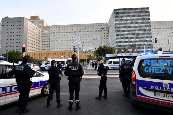 Rassemblement de la police à 20h en soutien au personnel hospitalier de l'hôpital de La Timone à Marseille.