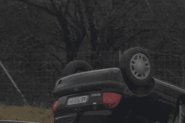 La voiture a fini sur le toit