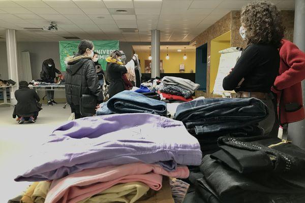 """Lyon, 8 février 2021. Les dons, essentiellement des vêtements, ont été mis à la disposition d'environ 200 étudiants, lors d'une """"brocante gratuite"""" organisée par l'association UniVert."""