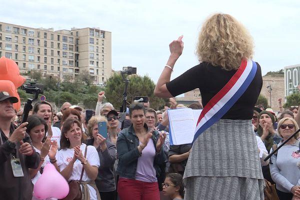 De nombreuses personnes sont venues écouter Martine Wonner et bien d'autres représentants des collectifs durant le rassemblement pour les libertés à Marseille devant le MUCEM ce samedi 22 mai.