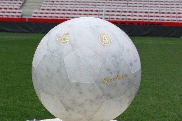 Cette année, le trophée du meilleur talent de football 2020 a été remis à Erling Haaland, l'attaquant norvégien du Dortmund. Ce trophée, un ballon de football en marbre, est l'œuvre de l'artiste niçois Nicolas Bianco.