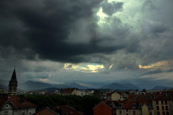 De fortes pluies sont attendues à Grenoble en Isère, vendredi 2 octobre.