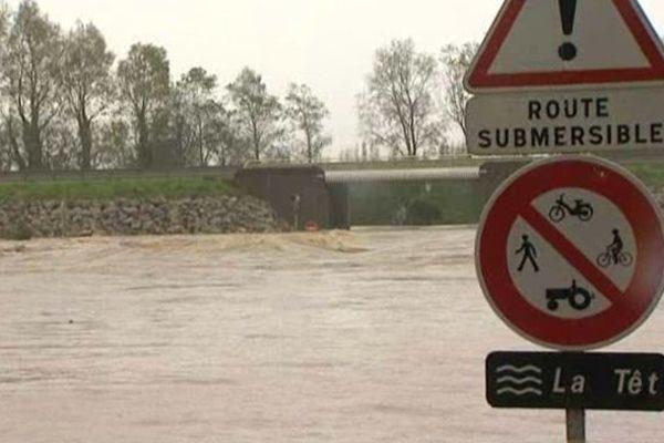 Les principaux axes près des cours d'eau en crue sont coupés