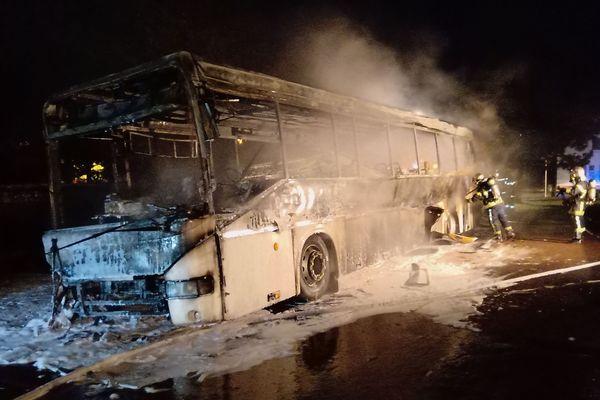 La carcasse du bus a dû être refroidie par les pompiers.