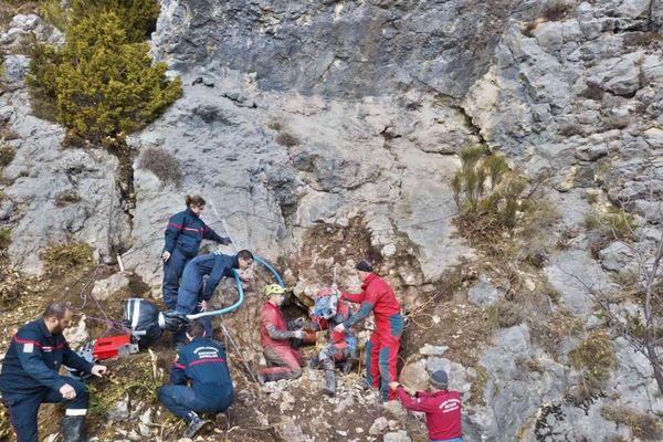 17 sapeurs-pompiers du groupe montagne et du sauvetage animalier, ainsi que les membres du Secours spéléo français ont mené les opérations.