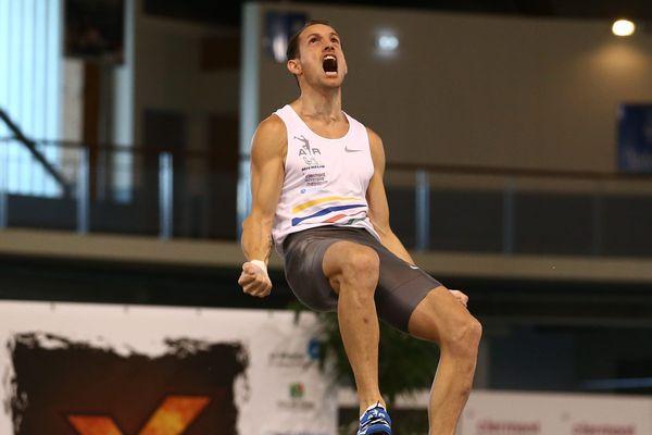Lors de l'épreuve de saut à la perche de l'heptathlon, le Français Renaud Lavillenie réalise la meilleure performance 2018 avec un saut à 5,86 m.