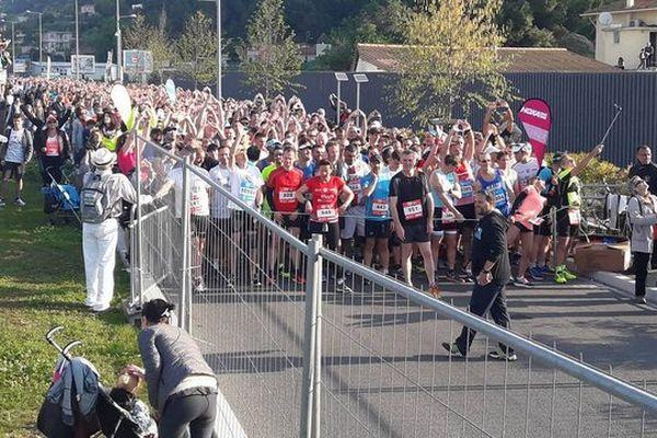 Les participants du semi-marathon sur la ligne de départ ce dimanche.