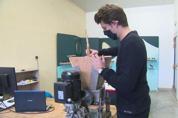 Dans son atelier, Quentin transforme les déchets en copeaux, et ensuite en lunettes - novembre 2020