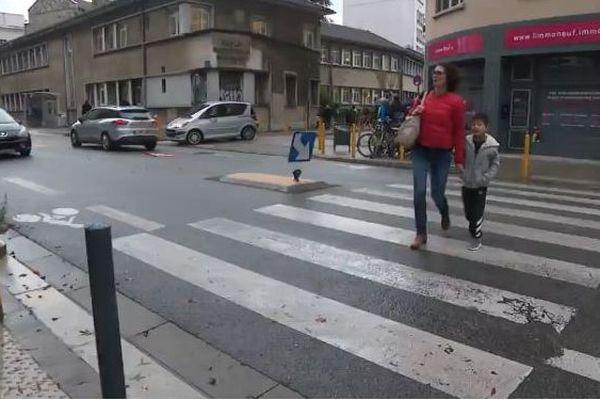 En juin dernier, deux enfants et leur nounou avaient été renversés sur le passage piéton de la rue Marceau en sortant de l'école.