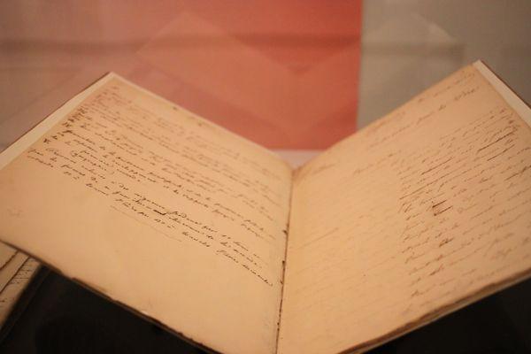 Composition originale d'Histoire rédigée en 1837 par Gustave Flaubert. Il y a cinq grandes questions posées sur la gauche du livret et les élèves répondent sur la feuille de droite, avec une marge pour les annotations du professeur.