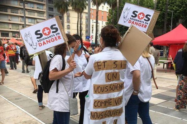 """A Perpignan, le rassemblement des personnels soignants réclamant plus de moyens a pris la forme d'un """"village santé"""", place de Catalogne"""
