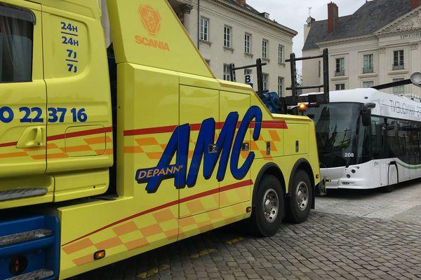 Un e-bus en panne place Floch à Nantes.