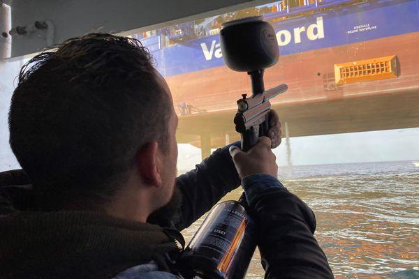 Les pêcheurs en colère projettent des billes de peinture sur le bateau-plateforme Aeolus.