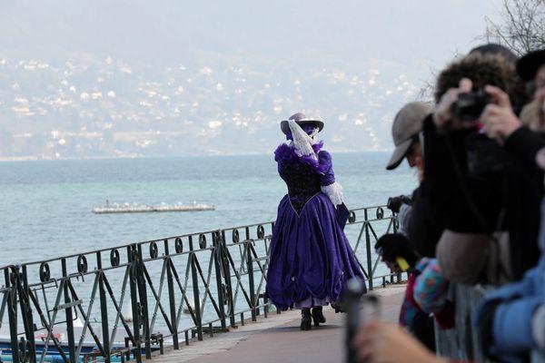 Le Carnaval vénitien d'Annecy est notamment connu pour sa déambulation de masques sur les bords du lac.