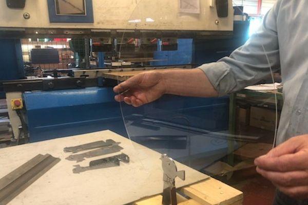 Une petite vitre en plexiglas pour protéger les clients des restaurants, l'idée ingénieuse d'une PME de Thiers dans le Puy-de-Dôme