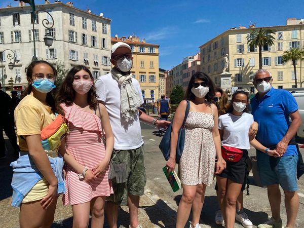 De gauche à droite : Margot, Hortense, Jean-Luc, Françoise, Titiana, Malika et Sergio, en vacances en Corse pour la semaine.