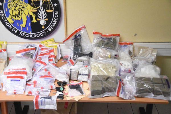 Les stupéfiants, arme et objets saisis lors de l'intervention du lundi 14 décembre 2020.