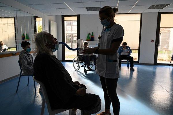 Entraînement respiratoire sous la supervision d'une infirmière dans une clinique spécialisée dans le traitement des patients durement touchés par les formes sévères de Covid-19.