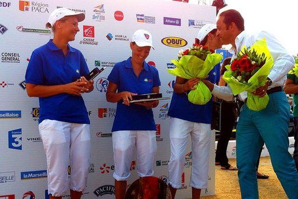 Nelly Peyré, Anaïs Lapoutge et Christine Mothes reçoivent leurs trophées de finalistes.